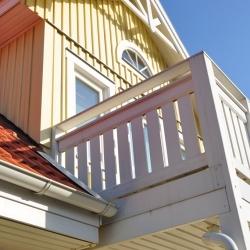 schwedenhaus-detail-balkon-dekorbretter-dachuntersicht-windbrett