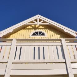 schwedenhaus-detail-balkon-dekorbretter-windbrett