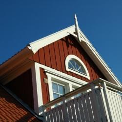 schwedenhaus-detail-balkon-gaube-windbrett
