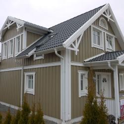 schwedenhaus-detail-dekorbrett-fasssade-vordach-veranda