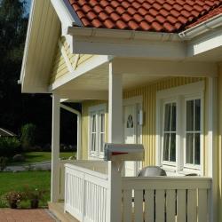 schwedenhaus-detail-eingangsvordach-veranda-2