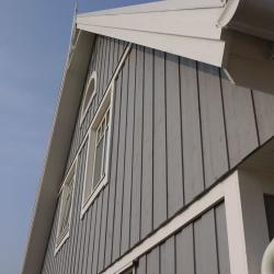 schwedenhaus-detail-fassade-dachuntersicht-windbrett