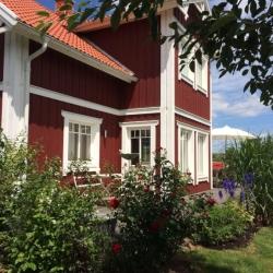 schwedenhaus_villa_freja_lindberg_spezial_rueckansicht_erker_rot_aladomo_1