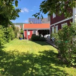 schwedenhaus_villa_freja_lindberg_spezial_seitennsicht_garten_rot_aladomo_1